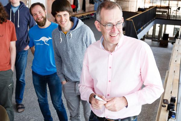 David mit Teilnehmern eines Workshops.
